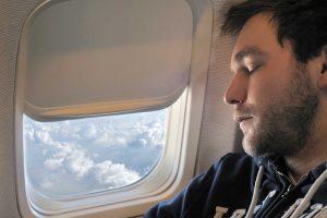 هنگام خواب سر خود را به بدنه ی هواپیما نچسبانید.