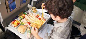 در پرواز با کودکان برای آنها خوراکی مناسب به همراه ببرید.