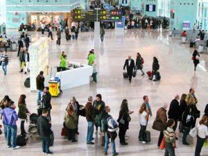 مسافران سرگردان در فرودگاه به دلیل تأخیر و کنسلی پرواز
