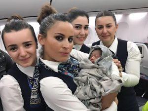 تولد نوزاد درون هواپیما به کمک مهماندارانی که به حفظ سلامت در پرواز کمک می کنند.