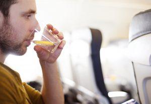نوشیدن آب برای حفظ سلامت در پرواز