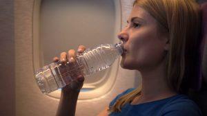 تنها از بطری آب بنوشید.